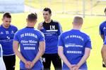 Lucian Mihu (Mitte) begrüßte am Montagabend 17 Spieler zu seiner ersten Einheit als Cheftrainer Askania Bernburgs